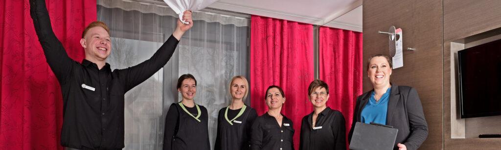 """Mareike Reis und ihr Team geben ihr umfassendes Wissen im Bereich """"Housekeeping"""" an Hotels weiter."""